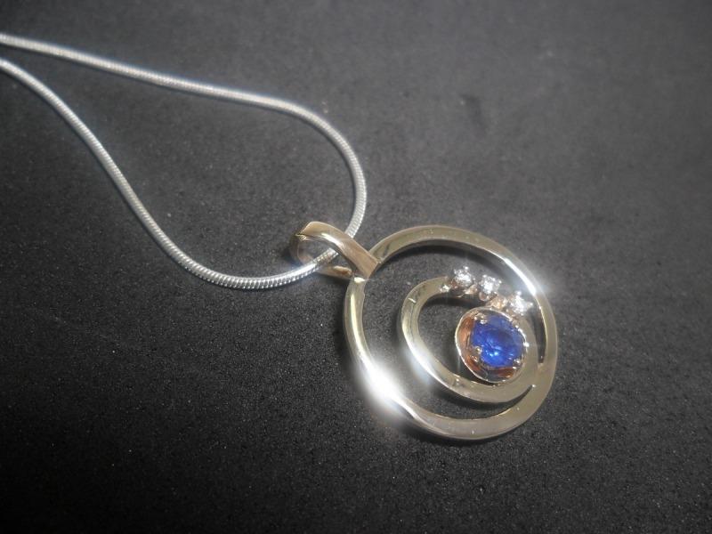 Pendentif en argent et en or 14K serti d'un saphir bleu naturel et de 3 diamants.