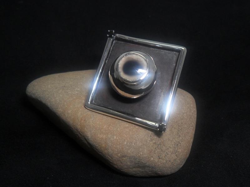 Bague en argent et en or 14K sertie de 2 diamants noirs et d'un onyx bicolore. Pièce unique.