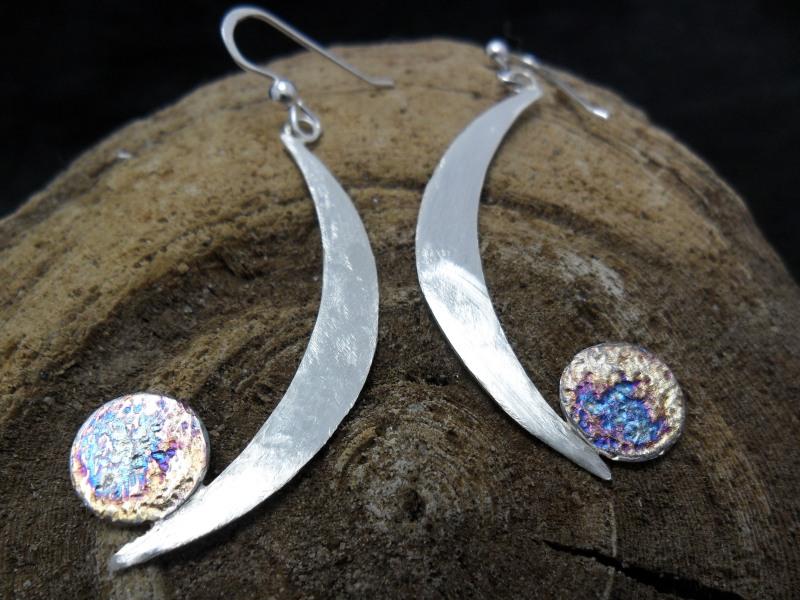 Boucles d'oreille en argent sterling avec oxydation.