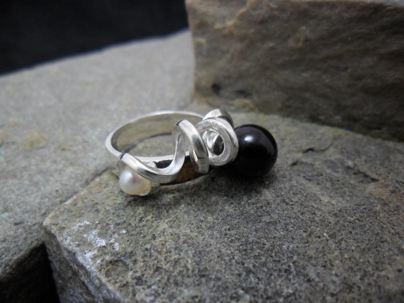 Bague en argent sterling ornée d'une perle et d'un onyx.