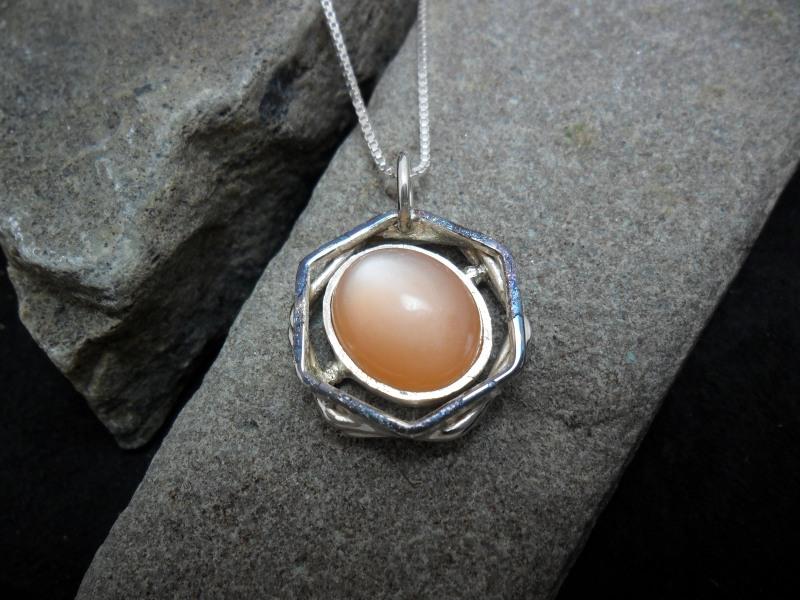 Pendentif en argent sterling orné d'une pierre de lune