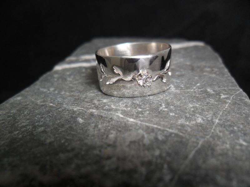 Bague en argent sterling ciselée et sertie d'un diamant sur chaton en or 14K