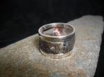 Bague unisexe en argent sterling réticulé et oxydé sertie d'un diamant sur chaton en or 14K.
