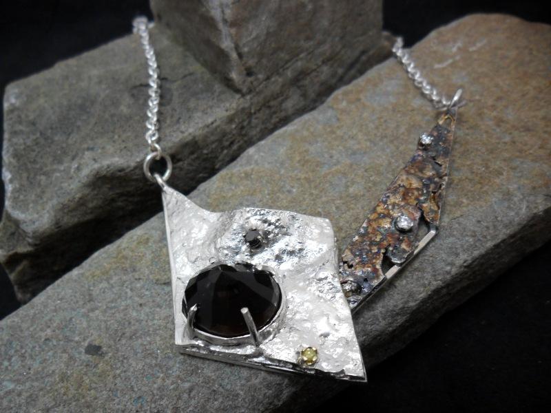 Collier en argent sterling réticulé serti d'un quartz fumé et de 5 diamants (3 blancs, i noir et 1 jaune)